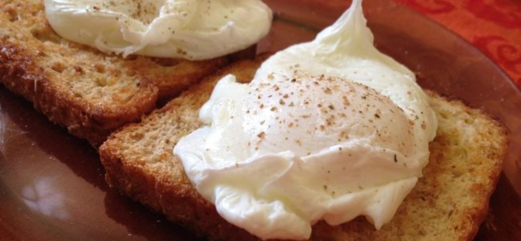 Ovos pochê com torradas integrais amanteigadas